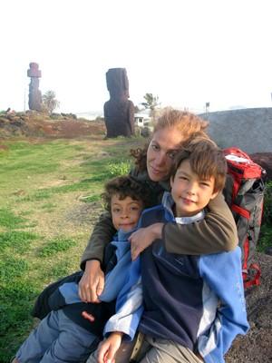 Fouzia et les enfants a l ile de Paques