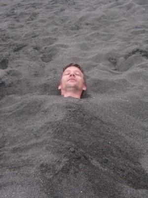Relaxation dans le sable chaud au Guatemala